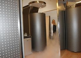 クライオセラピーとは、リウマチの治療を目的として日本で開発。マイナス150~170度の超低温で全身を冷却する凍結療法