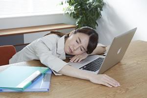 長時間の労働で疲れた女性
