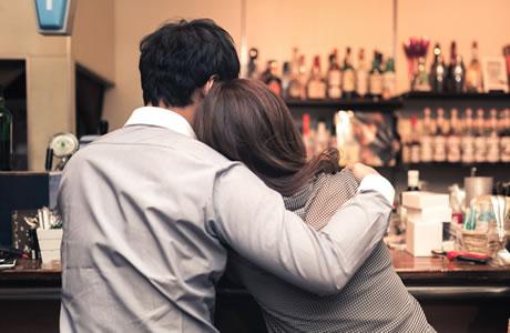 【飲み会】よりそう二人は筋肉痛!お酒の飲みすぎが原因!急性アルコール筋症は意外と身近な症状