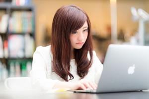 パソコンで病気を調べる女性