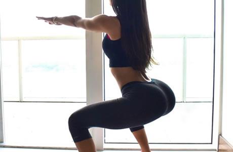 【動画】相撲スクワットのやり方!太ももが痩せる効果は、ヒップアップして「モデル脚」へ大変身
