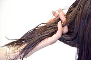 根元から立ち上げる!ふんわりブロー術、最後は、手ぐしで内側から根元をかきあげるように髪を整える