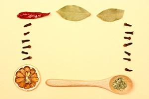 減塩、塩抜きダイエットは、塩分の入った調味料ではなく、コショウ、酢、レモン、スパイス、ハーブといった塩分を含まない調味料にチェンジ
