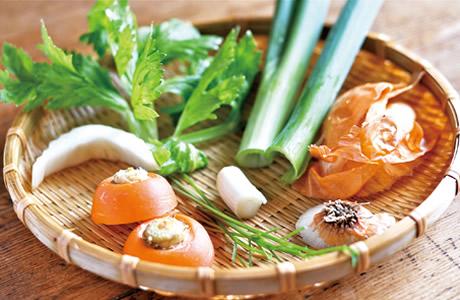 【ベジブロス】野菜くずで作るベジブロス・レシピ!使えない野菜の「皮や茎、根っこ」で美肌&ファイトケミカルスープの作り方