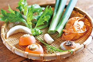 ベジブロスとは、野菜を調理する時に切った皮や茎、根っこなどの「野菜の調理くず」からとる野菜(ベジタブル)の出汁(ブロス)のこと
