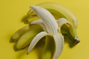 生のバナナ「100gあたり約80カロリー、1本約77カロリー」