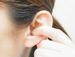 肩首ゾーンは、人差し指を耳の穴から、こすりつけるように3回横にひっぱる