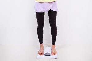 低体重児が増えている主な理由と原因は母親の体の栄養状態、やせすぎや妊娠中のダイエット
