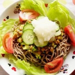 食事のメインになる納豆料理・レシピ①「野菜たっぷり納豆そば」