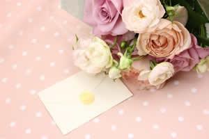 香水は、プレゼントを渡す時の手紙やカードにかける