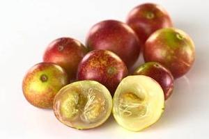 カムカムの中身は、大きな種。皮や種の方が栄養価が高いのが、野菜やフルーツの特徴