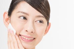 白ニキビは、専用の化粧水やクリームでスキンケア