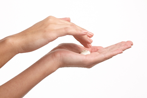化粧水の後は、保湿効果の高いクリーム