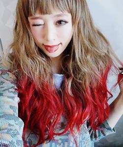赤や青、ピンクの毛先カラーがおしゃれ