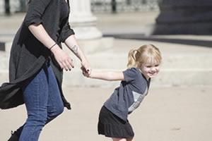 子供と一緒に、公園で遊ぶ