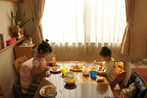 子供と一緒に夕食。ご飯やおかずの量を同じにする