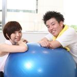 [バランスボール/座るだけ効果、ダイエット]椅子に座るだけの簡単エクササイズ!カロリーと大きさ目安も解説!女性の体幹を鍛えるトレーニング!!