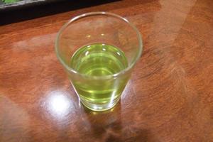 スッポンの胆嚢は、日本酒や白ワインで割ると苦みが消えて飲みやすい