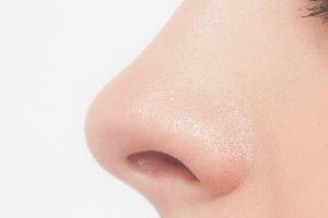 鼻の下のニキビ