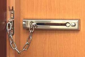 オートロック完備、ドアはチェーンロックを必ずかける