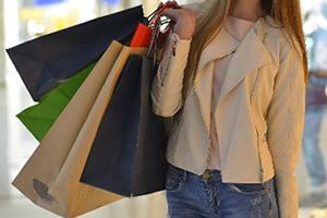 ショッピング、買いものした袋を持ってあげる時がチャンス