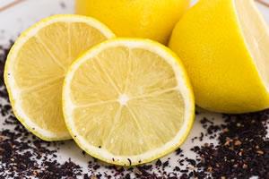 軟骨や唐揚げにレモンをかける