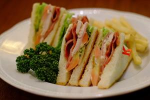 BLT(ベーコン・レタス・トマト)のサンドイッチ