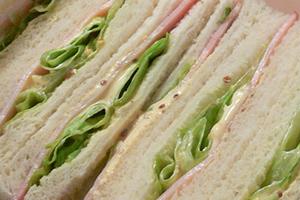 ハムマヨ、レタスハムのサンドイッチ