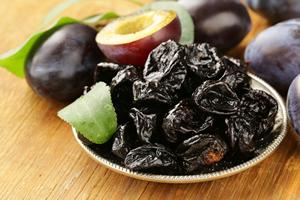 ドライ・プルーン(食物繊維7.2g、水溶性3.4g、不溶性3.8g)