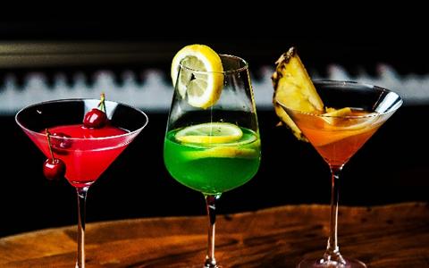 居酒屋やBARで飲む低糖質・高糖質なカクテル・サワー特集
