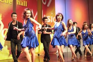 ラテンミュージックに合わせて踊る、サルサ
