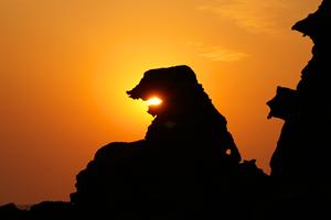 男鹿のゴジラ岩(秋田県/男鹿市)。夕日と重なる瞬間、ゴジラ岩が火を吹く
