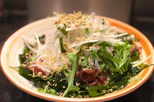 海藻サラダ。海藻類は体脂肪合成を防止する効果