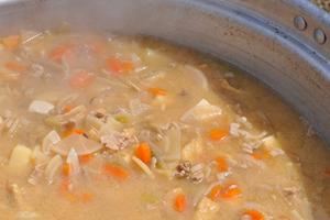 アウトドア手作り料理9位「豚汁、支持率30%」