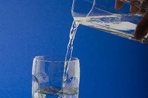 体内で塩を薄めようとし、水分を蓄えようとする