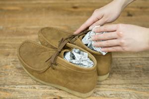 靴を脱いだら、新聞紙を、靴の中に入れる