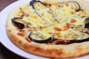 ナスとチーズのピザ