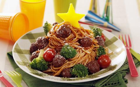 クリスマスのパスタ、手作り料理のスパゲティの盛り付け方を解説