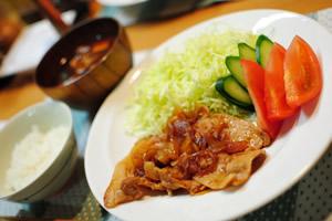 味噌汁、生野菜