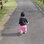 【子供が歩く平均年齢、何歳?】いつから、赤ちゃんは歩くの?平均時期・年齢の相場「うちの子は歩くのが遅い?みんなの子供の平均的な歩く時期、つかまり立ちやハイハイの時期を解説」