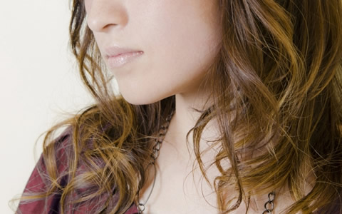 女性の顎ニキビ、首ニキビがデキる原因