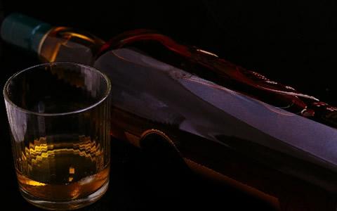 【鍋に合う酒&ワイン/ランキング】鍋料理に合うお酒、ビールや焼酎の飲み方「鍋と一緒に飲みたいお酒は、何?ビール以外のチューハイやカクテル、ワインが鍋に合うお酒を紹介」