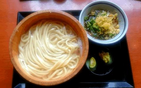 [温かいうどんの付け合わせ、おかず&献立]  温かいうどんに合うおかず料理&もう1品の献立レシピ、人気・定番・簡単な副菜特集「うどんに、もう1品!家庭料理の定番は、おにぎり、いなり寿司、天ぷらが有力」