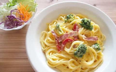 【カルボナーラ/付け合わせ、おかず&献立】人気・定番・簡単!カルボナーラに合う料理&おかず、おすすめの美味しくなる副菜「卵、ベーコン、クリームが材料のカルボナーラには、あっさり系サラダとスープを」