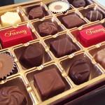 【ホワイトデー/チョコレート/お返しの意味】バレンタインのお返しに、チョコレートを渡す男子の本音と心理「ただのチョコレートは特に意味なし!?でも、ホワイトチョコレートは脈ありの合図」