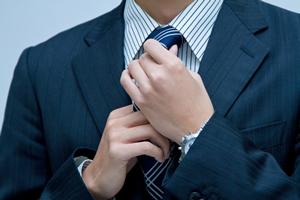 ネクタイを締める、ネクタイを結ぶ、ネクタイをゆるめる