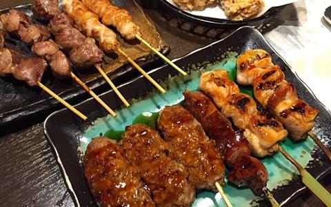 【焼き鳥/付け合わせ、おかず&献立】定番・人気・簡単レシピ!焼き鳥に合う料理&おかず、おすすめの美味しくなる副菜レシピ~もう1品の夕飯の献立・副菜~「定番の焼き鳥セットは、ご飯とお味噌汁、サラダと漬物」