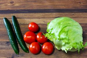 レタス、トマト、キュウリの野菜サラダ