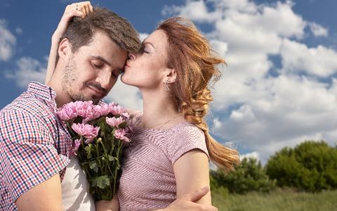 【付き合う前/女性からハグする方法&抱きつくタイミング】付き合う前とカップル・恋人達のハグのやり方「定番!王道な方法でハグするなら、デートの別れ際!ハグしていい?って聞くのはあり??約35%の男子は、OK!?」
