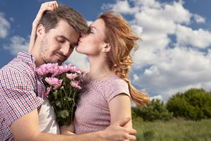 女性から男性に、ハグする方法とハグするタイミング